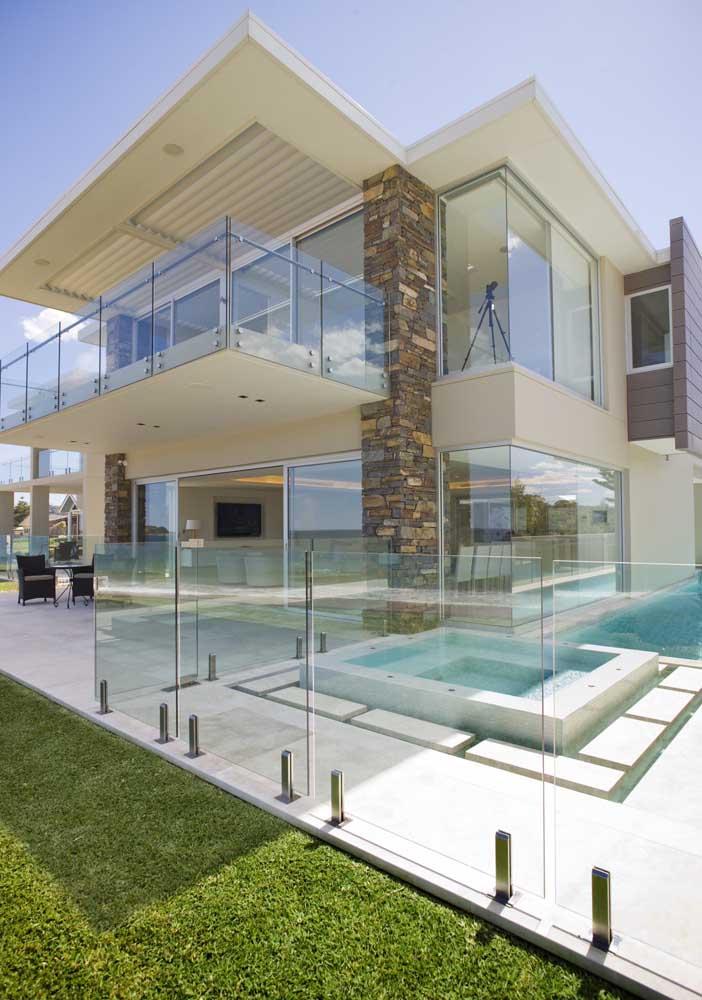 Vista para a piscina da casa em Steel Frame