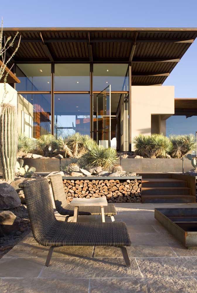 Área do jardim da casa construída em Steel Frame; destaque para as portas e janelas em vidro
