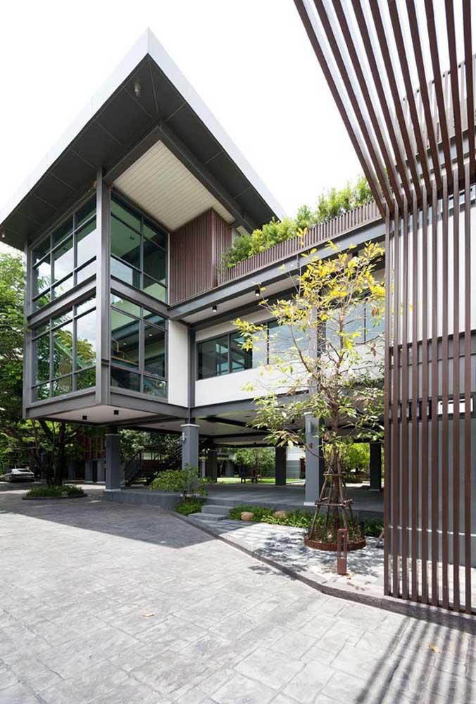 Essa casa ampla e espaçosa construída em Steel Frame optou por usar um revestimento externo de madeira