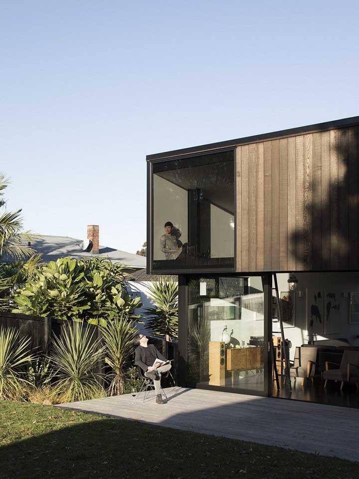 Casa moderna com estrutura de Steel Frame com acabamento em madeira e vidro