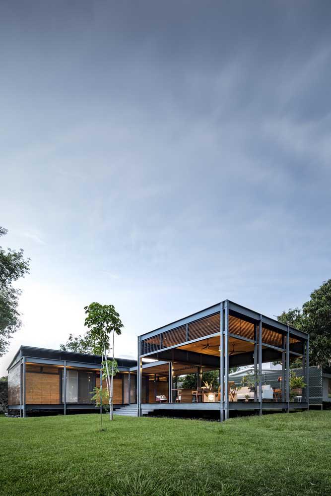 Casa térrea em Steel Frame com janelas de vidro para valorizar a vista do jardim