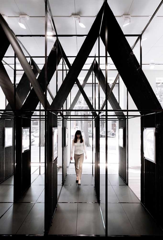 A estrutura do Steel Frame permite que as paredes entre os cômodos sejam compostas de diferentes materiais, como o vidro, por exemplo