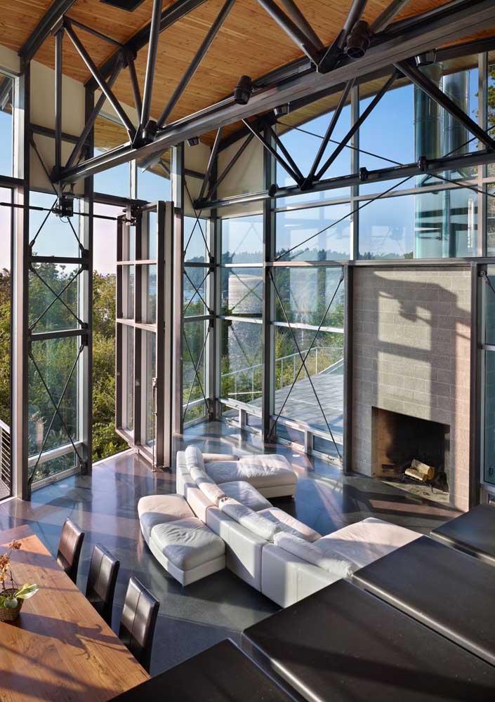 O destaque aqui vai para a iluminação abundante que entra na casa graças ao vidro usado junto a estrutura em Steel Frame