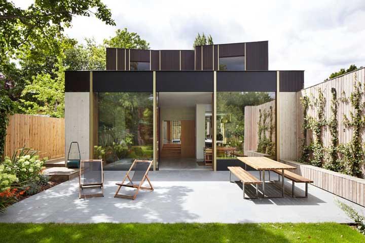 Vista para o jardim da casa construída no sistema Steel Frame