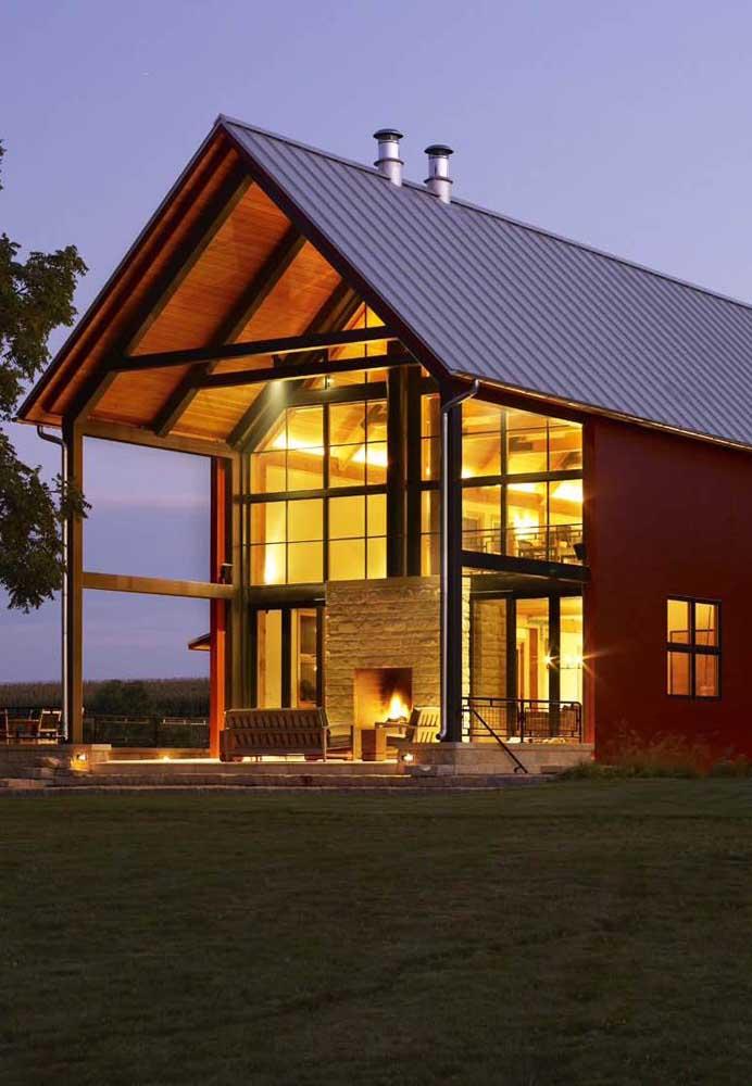 Casa no estilo chalé com estrutura em Steel Frame, dois pavimentos e área externa com lareira