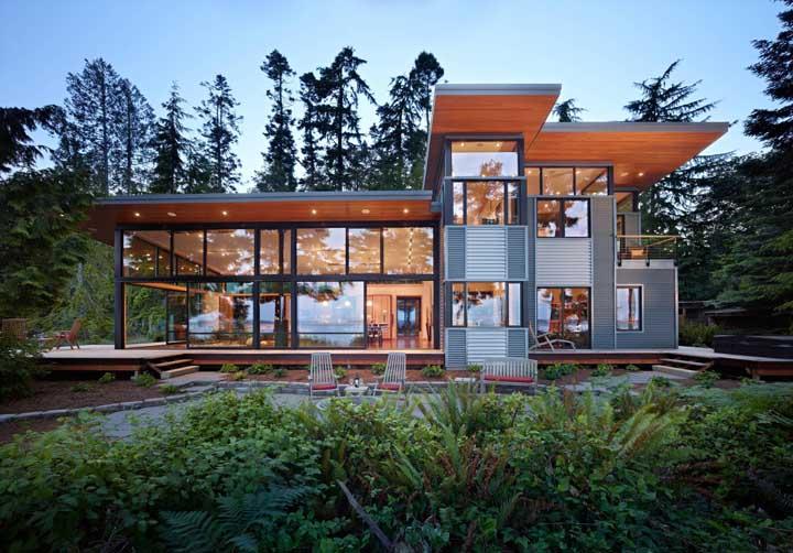 Fachada de uma residência moderna construída em Steel Frame; repare que o uso do vidro e da madeira são recorrentes em projetos desse tipo
