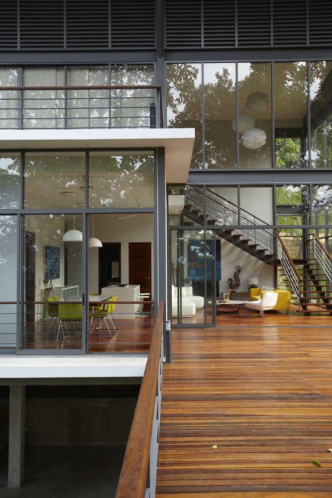 Entrada da casa em Steel Frame com acabamento em vidro e madeira para combinar com as estruturas de aço