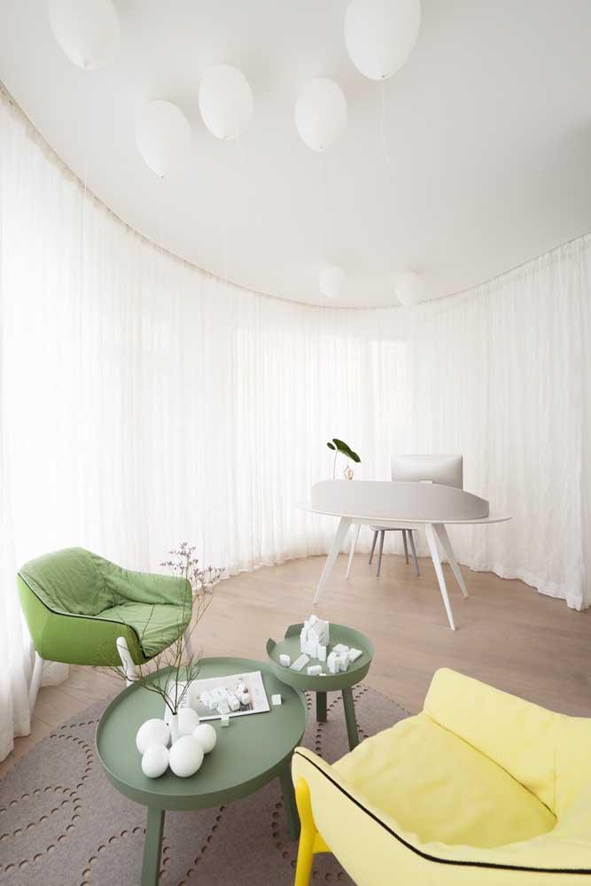 A cortina voil abraça esse ambiente de formato oval com muita classe e elegância