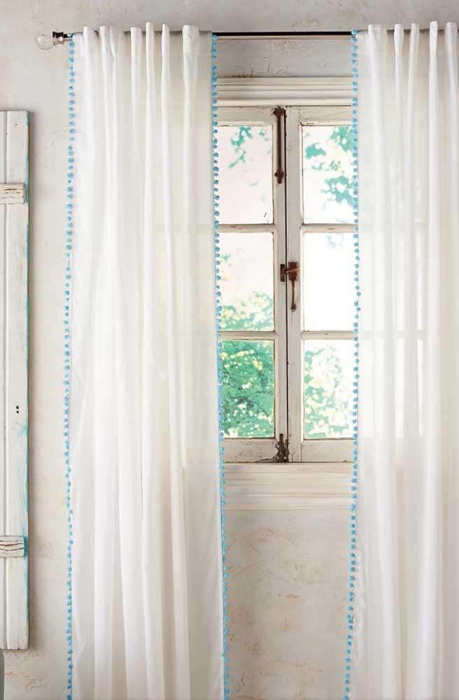 As bolinhas azuis formam um detalhe simples, mas significativo na cortina de voil