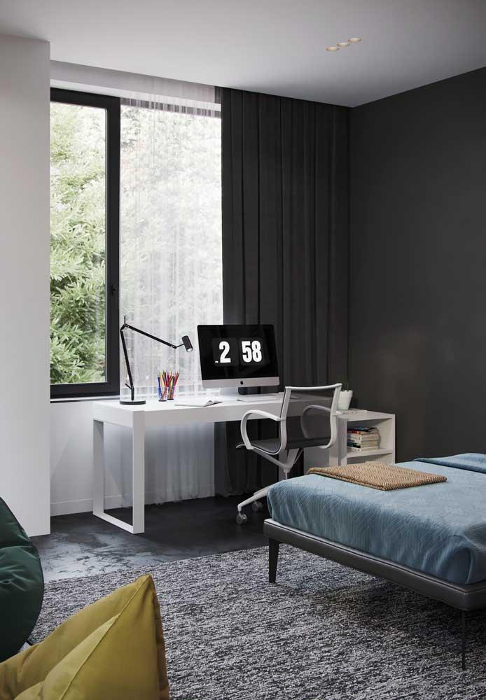 Cortina de voil branco com blecaute; ideal para quartos, onde a privacidade e controle da luz são muito importantes