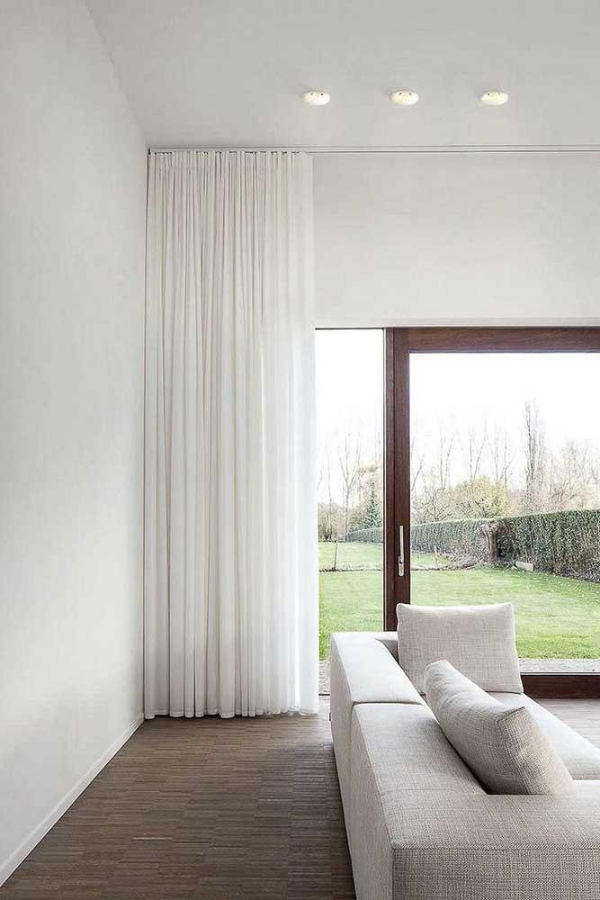 Quarto branco com cortina de voil branco: não tem como errar com essa combinação