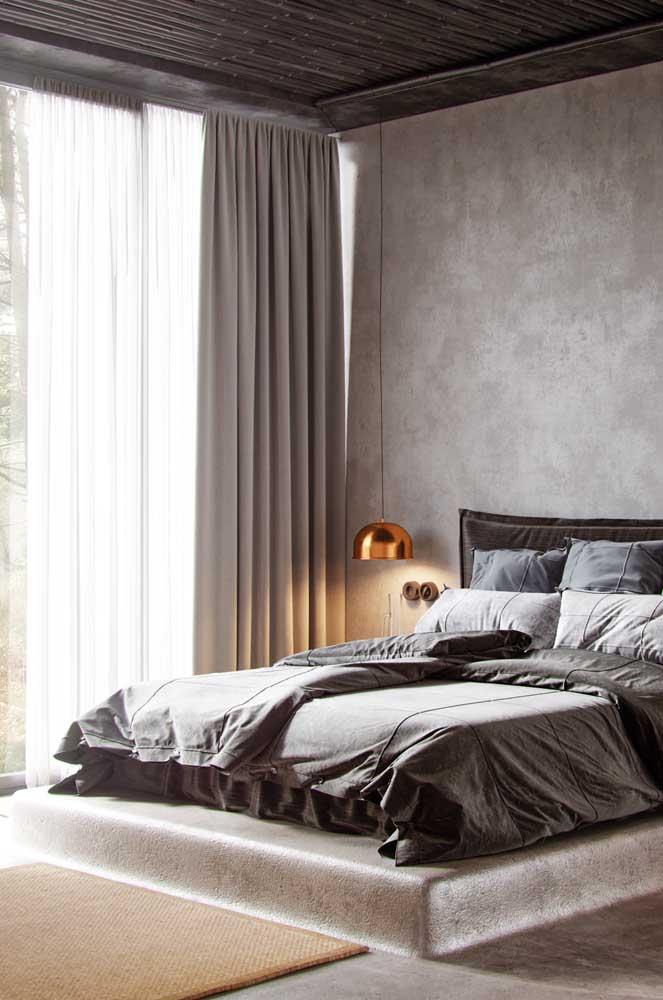 Quarto moderno decorado com cortina de voil branco e tecido cinza sobreposto