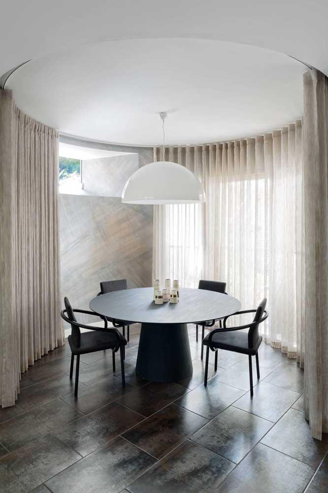 Um projeto incrível nessa sala de jantar; a cortina de voil bege acompanha o formato circular do ambiente, fechando por completo se for necessário