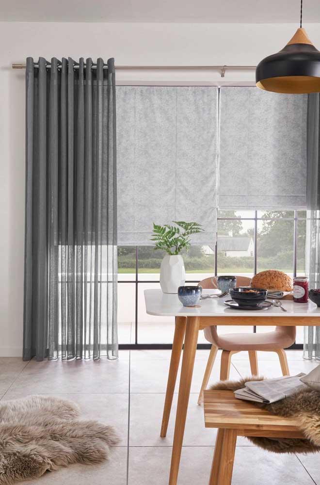 A cortina de voil também é uma ótima pedida para acompanhar persianas