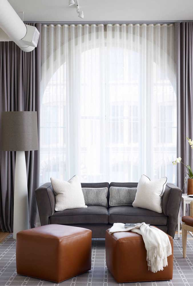 Aqui, a cortina cinza com forro de voil branco se encaixa como uma luva com o restante da decor