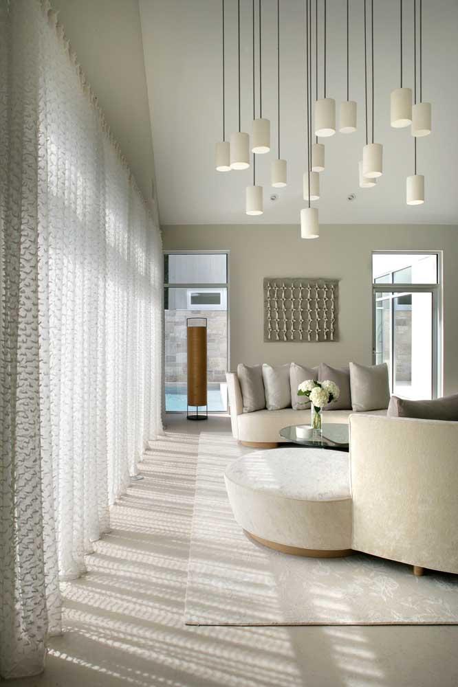 Cortina de voil branco levemente estampada e texturizada; repare no efeito da luz difusa criado na sala