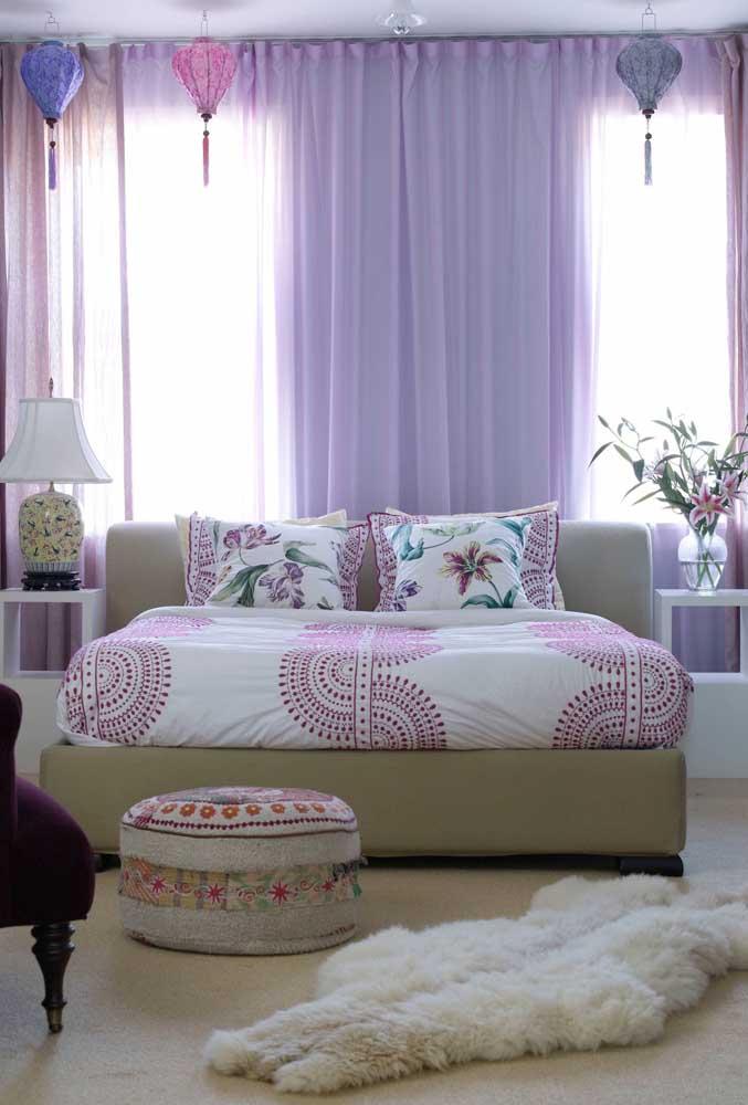 Um quarto cheio de delicadeza complementado pela cortina de voil lilás