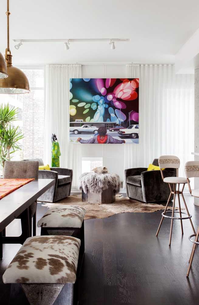 Sala de estar decorada com cortina de voil branco instalada com trilho