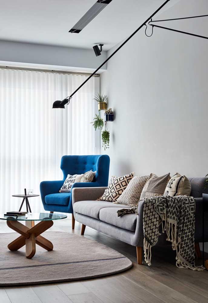 Cortina de voil branco no trilho; modelo perfeito para sala de estar