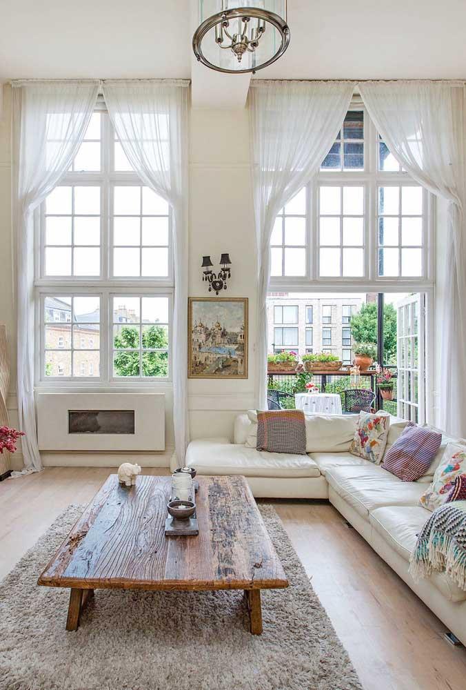 Forma clássica de moldar a cortina de voil na parede