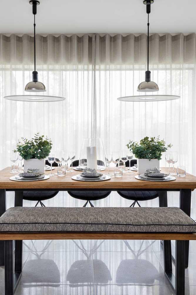 Sala de jantar em tons neutros decorada com uma elegante e simples cortina de voil cinza