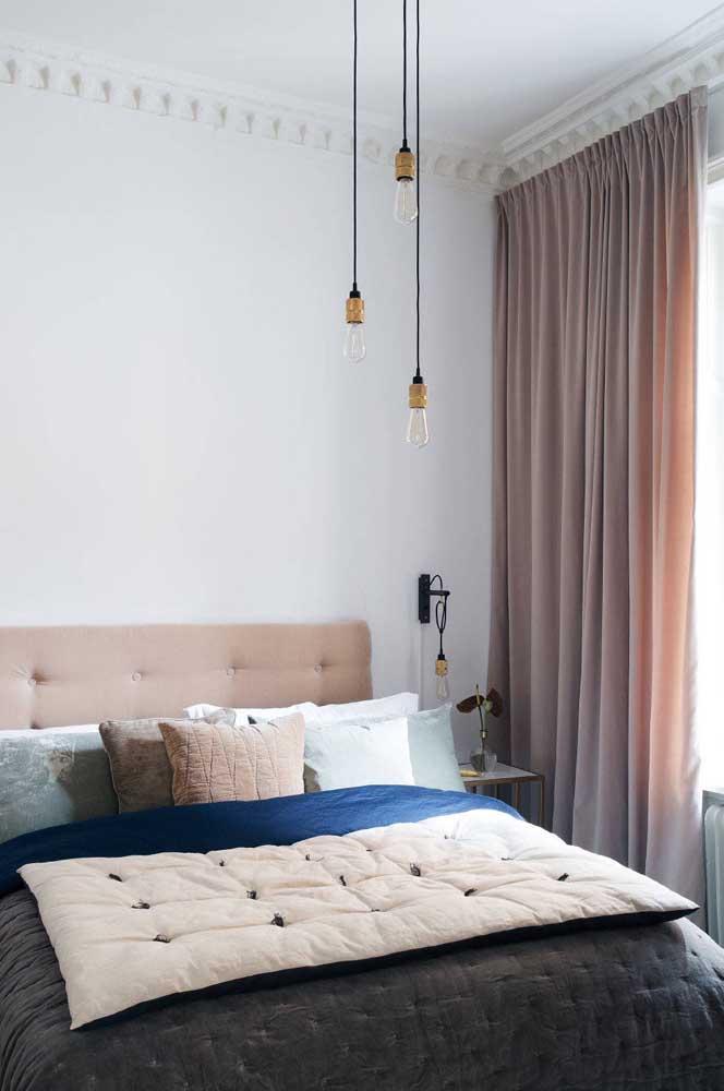 Esse quarto de casal traz uma cortina de voil encantadora em tom de rosa queimado