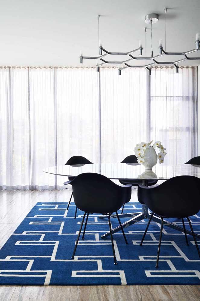 """A cortina de voil branco cumpre sua função nessa sala de jantar sem """"brigar"""" com os demais elementos da decoração"""