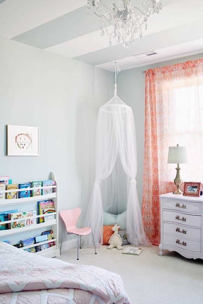 Nesse quarto de bebê, o voil aparece na cortina e na cabaninha