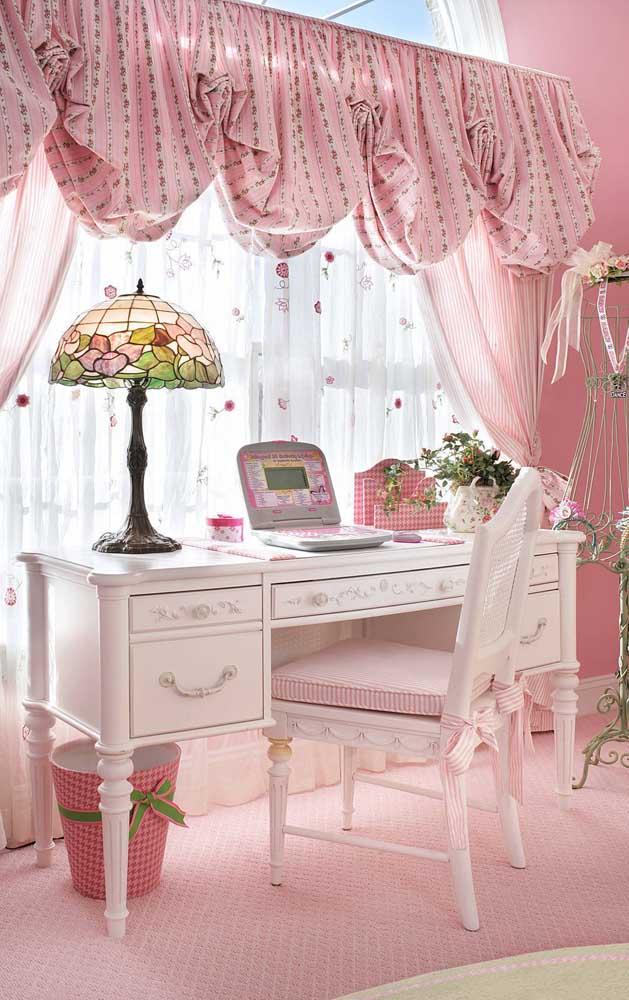 Esse quarto romântico, delicado e super feminino traz uma cortina de voil branco estampado no forro, uma outra camada de voil rosa por cima e uma terceira camada formada pelo bandô largo e volumoso