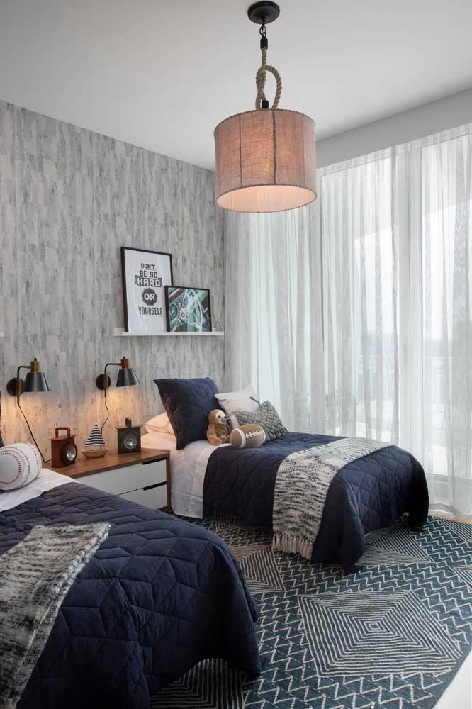 Enquanto nesse outro quarto, o voil aparece em um modelo de cortina super simples, o que demostra a versatilidade incrível desse tecido
