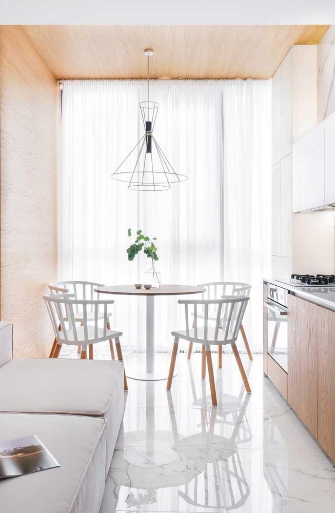 Linda inspiração do uso da cortina de voil branco; o pé direito alto e o teto de madeira ajudam a valorizar o tecido