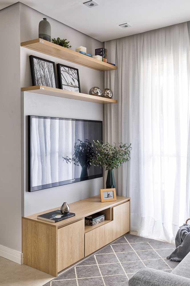 Sala pequena, simples, com cortina de voil no cortineiro de gesso