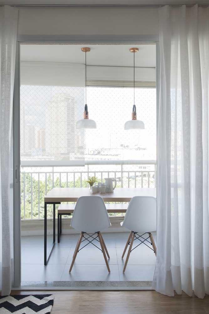 A delicadeza do voil branco é perfeita para dividir ambientes com sutileza