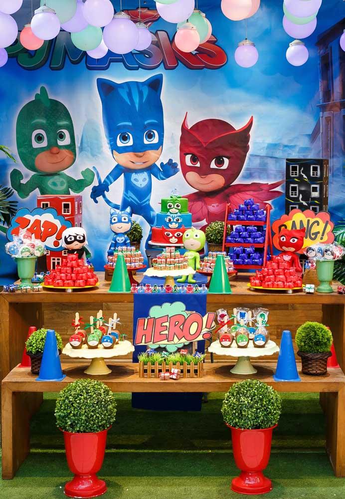 No painel da festa coloque os três personagens principais, assim como no centro de mesa PJ Masks.