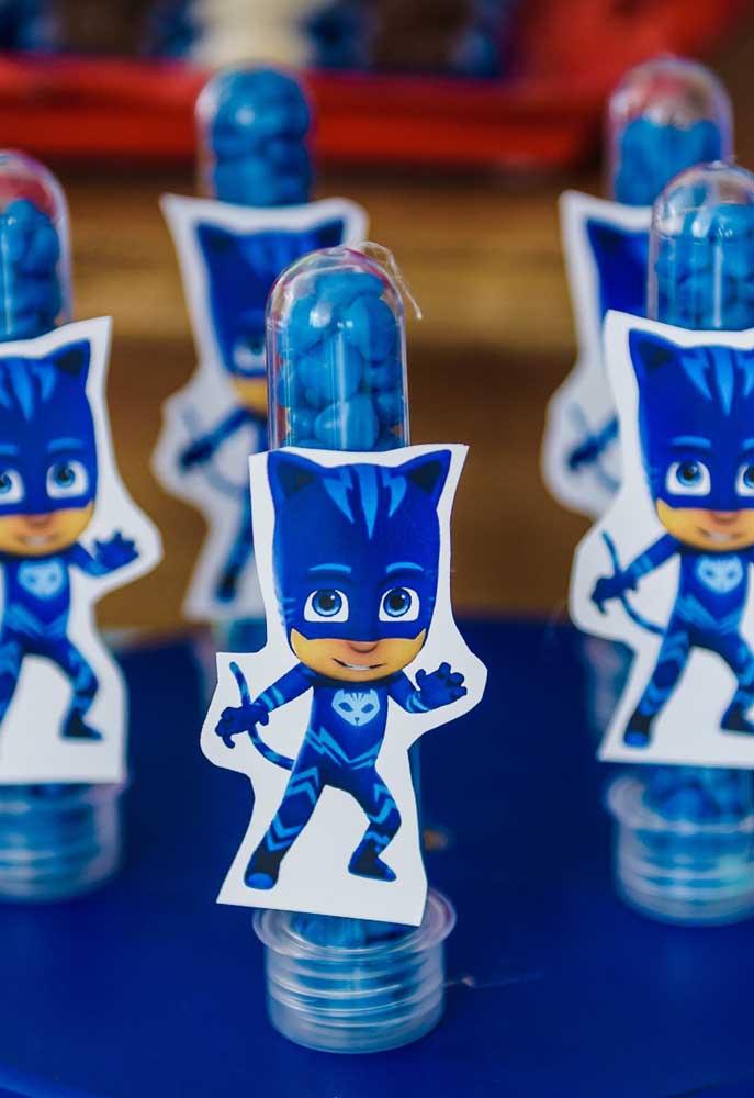 No aniversário PJ Masks personalize as embalagens das guloseimas de acordo com o tema.