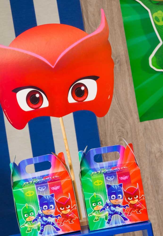 Você pode usar caixinhas personalizadas como lembrancinha Pj Masks.