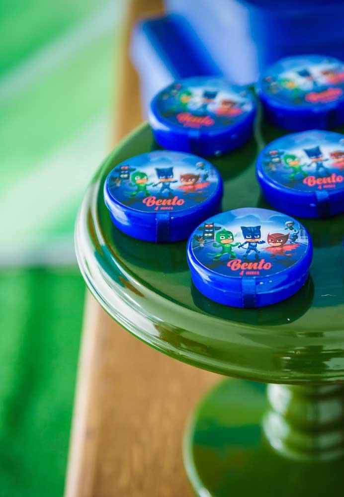 Se você vai fazer uma festa PJ Masks simples, pode usar adesivos referente ao tema para personalizar as embalagens.