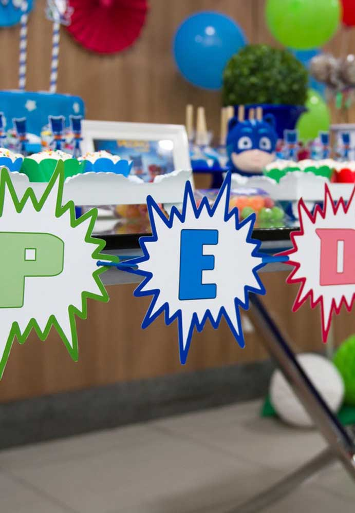 Com papel e caneta colorida você mesmo pode preparar a decoração PJ Masks.