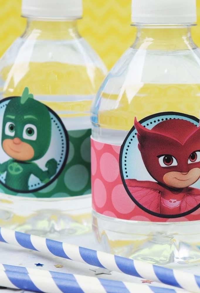 Para fazer uma decoração festa PJ Masks totalmente personalizada, cole figuras dos personagens em todos os itens do evento.