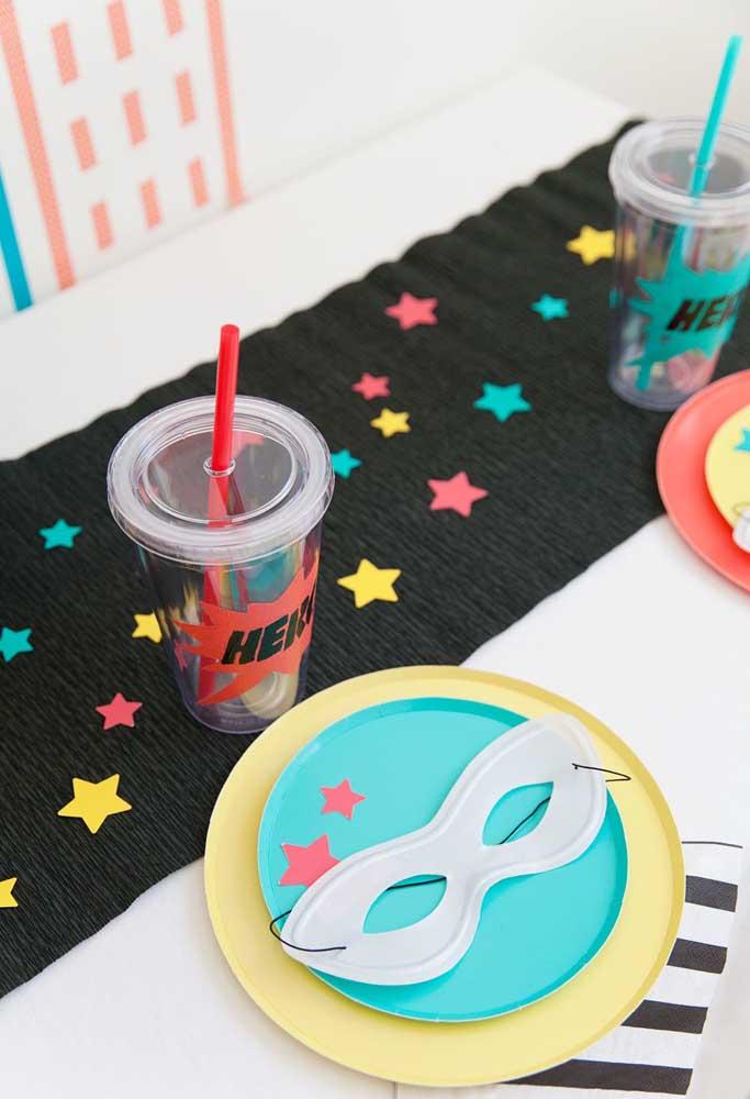 Na hora de decorar as mesas dos convidados, prefira usar itens descartáveis e personalizados.