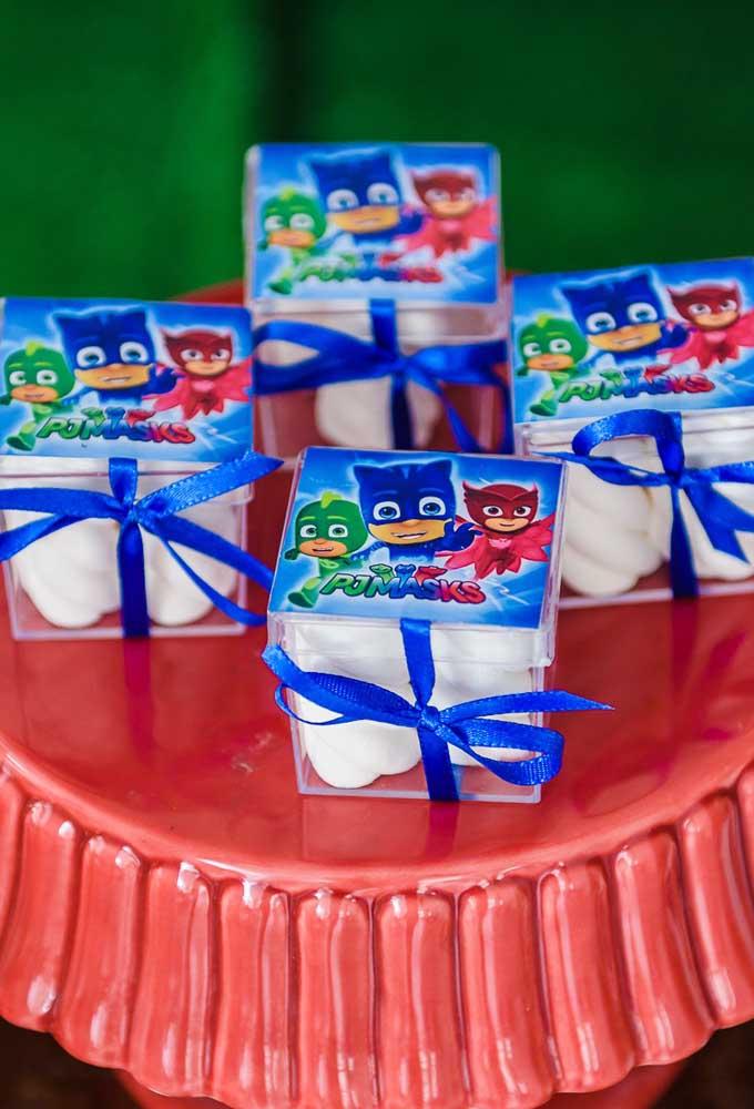 Agora se a decoração da festa é com toda turma, você está livre para usar qualquer uma das cores para preparar as lembrancinhas.