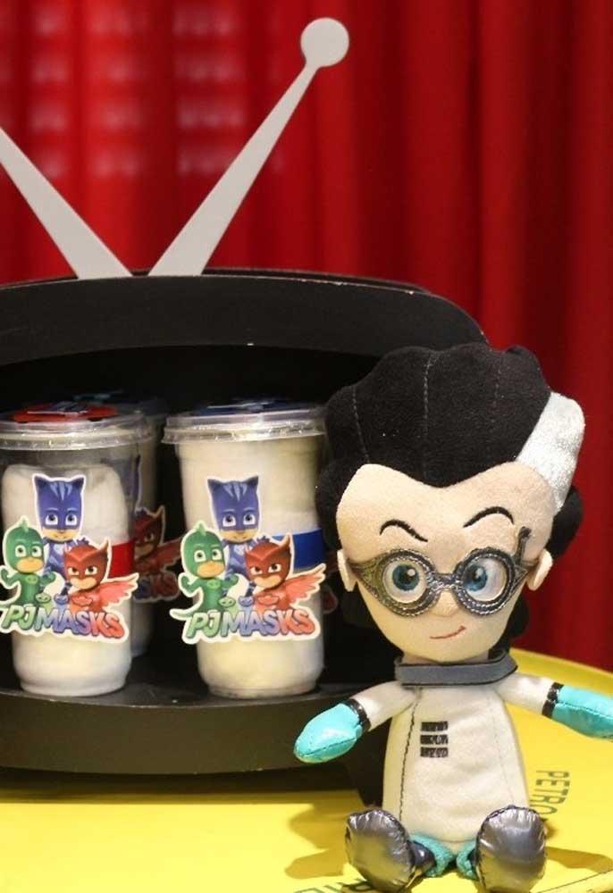 Na PJ Masks festa você pode usar outros personagens da série para fazer a decoração e não somente focar nos super-heróis.