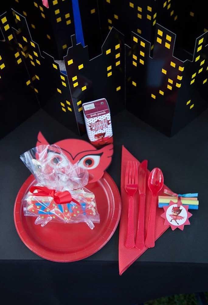 Que tal preparar uma maquete com os prédios da série PJ Masks para colocar na decoração da mesa principal?