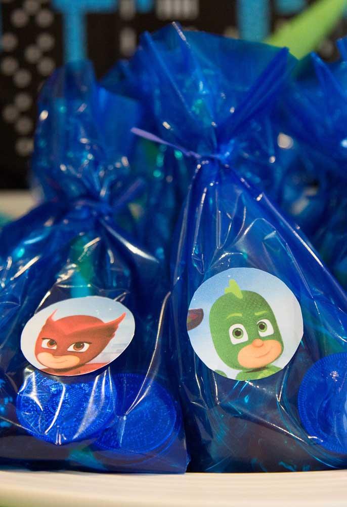 Se você quer fazer uma lembrancinha bem simples com o tema PJ Masks, compre saquinhos azuis, cole um adesivo e encha de guloseimas.
