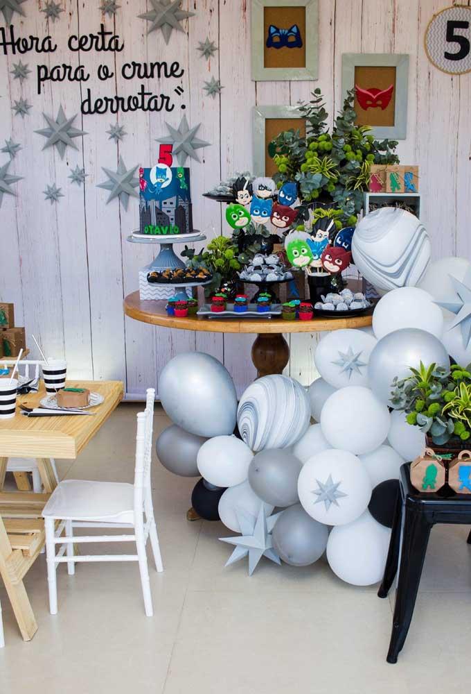 Olha que decoração mais fofa e diferente para comemorar o aniversário com o tema PJ Masks.