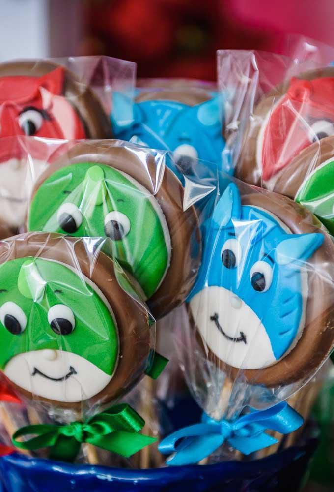 O que acha de preparar algumas guloseimas no formato de pirulito de chocolate com a carinha dos personagens PJ Masks?