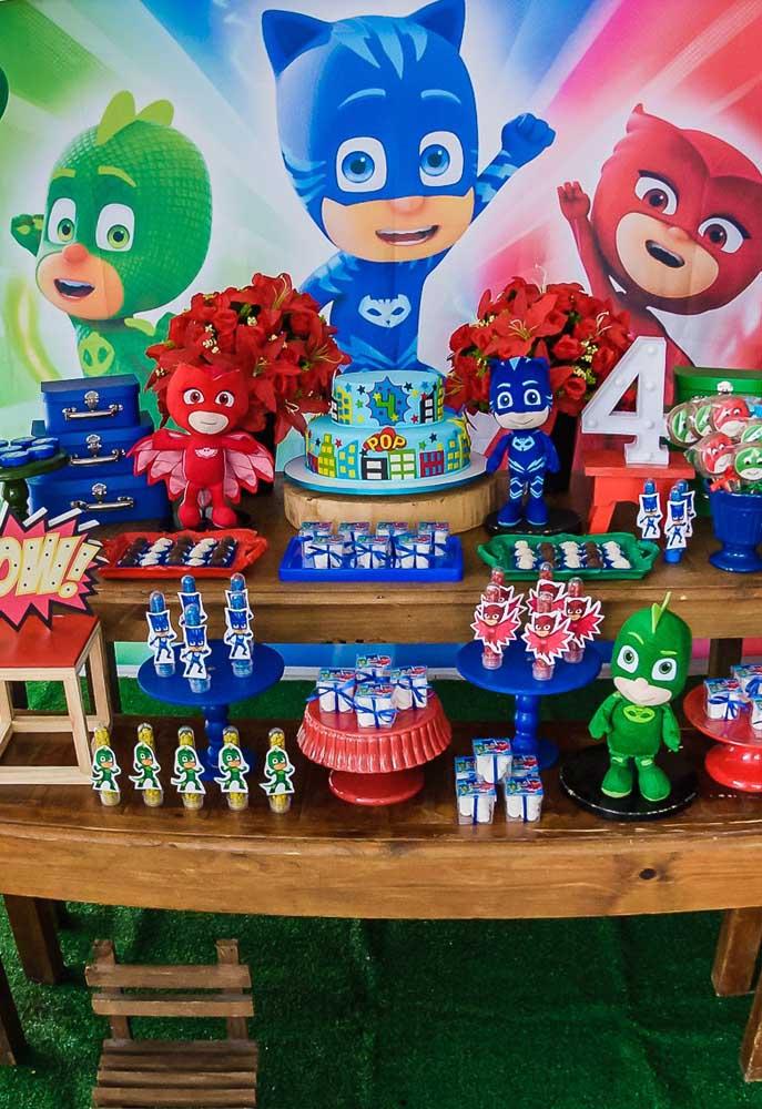 As cores azul, verde e vermelho fazem parte da cartela de cores da série PJ Masks e devem ser usadas na decoração do aniversário.