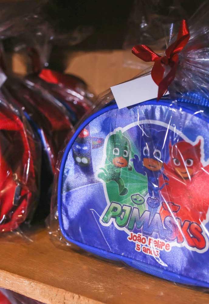 Que tal preparar um kit de atividades para colocar dentro de bolsinhas e entregar como lembrancinha PJ Masks?