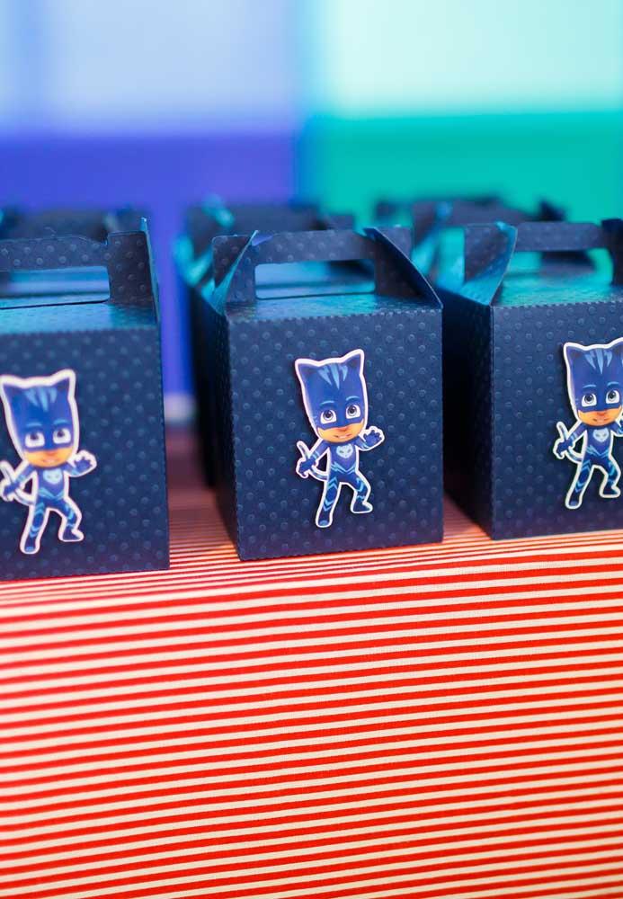 As caixinhas das lembrancinhas podem ser simples com apenas um adesivo na frente.