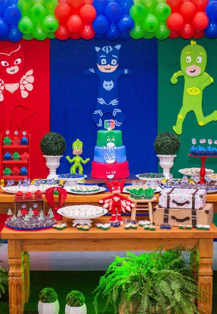 Quando for preparar o bolo PJ Masks, que tal fazer um andar para cada super-herói?